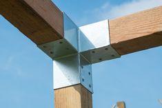 Met deze pergola hoekverbindingen van verzinkt staal maakt u snel en eenvoudig een stevige verbinding tussen de liggers en de staanders van uw zelf te bouwen pergola. De hoogwaardige ijzeren Pergola hoekverbinding is gemaakt van gegalvaniseerd staal.  Deze ijzeren hoek elementen zijn geschikt voor houten palen met afmetingen tussen de 8,8 cm en 9 cm.  #pergola #speeltoestel #overkapping Pergola, Outdoor Pergola