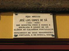 Ken je het Portugese gerecht Bacalhau à Gomes de Sá? Dit kabeljauw recept uit Porto is ooit bedacht door José Luís Gomes de Sá. Ter nagedachtenis aan hem en aan zijn kabeljauwgerecht, hangt er een bordje aan de voorgevel van het huis waar hij in 1851 is geboren. #kabeljauw #recept #Portugal Portugal, Sheet Pan, Cod Fish, Porto, Fine Dining, Cookie Sheets