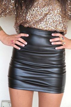 Black leather skirt and a golden sequin shirt , could be a sexy new years outfit! Fashion Moda, Look Fashion, Fashion Beauty, Winter Fashion, Womens Fashion, Skirt Fashion, Fashion Styles, Fashion Outfits, New Years Outfit