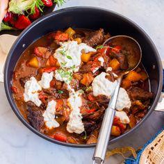 Här har du en riktigt god gulasch med högrev, paprika och potatis. Allt i en gryta! Sjud högrev med kalvfond och paprika i ca 2 timmar och tillsätt potatisen sista halvtimmen. Resultatet blir en riktigt mustig gryta som hela familjen kommer att gilla. Toppa med en klick yoghurt som pricken över i! Beef Wellington, Recipe Images, Sous Vide, What To Cook, Crockpot, Slow Cooker, Chili, Curry, Kitchens