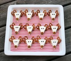 Christmas Appetizer Idea Reindeer made of Laughing Cow cheese wedge, pretzels, peppercorns & green pimento-stuffed olives for Rudolph's red nose Creative Christmas Food, Christmas Party Food, Xmas Food, Christmas Appetizers, Christmas Cooking, Christmas Goodies, Holiday Fun, Christmas Holidays, Preschool Christmas