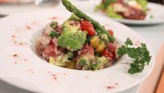 Salada de polvo com espargos e abacate
