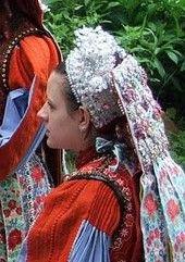 Kalotaszegi, magyar főkötő - Erdély Costumes Around The World, Hungarian Embroidery, Tribal Dress, Wedding Costumes, Folk Costume, Body Modifications, Festival Wear, Traditional Dresses, Hungary
