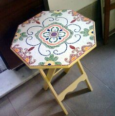 Imagem completa da mesa oitavada em mosaico, confeccionada com os azulejos criados especialmente para a peça, no Ateliê.