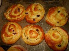 Pudingové slimáky • recept • bonvivani.sk Doughnut, Muffin, Food And Drink, Breakfast, Desserts, Basket, Breakfast Cafe, Tailgate Desserts, Muffins