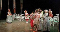 """CAGLI - Fa il pieno al Teatro di Cagli la """"prova aperta"""" delle Nozze di Figaro, portata in scena ieri dai giovani della Bottega Peter Maag 2015."""