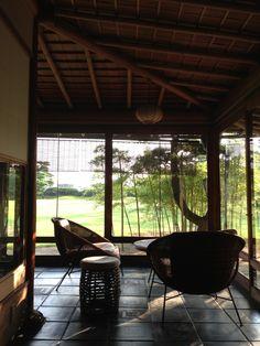 モダンチェアのある土間   Modern chair at earth floor 東尾道 西山別館貴賓室 藁の家