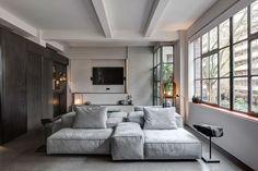 Anstatt in dem kleinen Wohnzimmer auf ein schmales Sofa zu setzen, entschieden Dalia Ibelhauptaite und Dexter Fletcher sich gemeinsam mit APA Architects für eine große und bequeme Couch. -(Foto: Ed Reeve)
