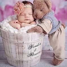 The teddy bear's pose is cute. Newborn with teddy bear Foto Newborn, Newborn Baby Photos, Baby Girl Photos, Baby Poses, Newborn Poses, Cute Baby Pictures, Newborn Pictures, Baby Girl Newborn, Newborns