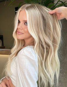 Pretty Blonde Hair, Blonde Hair Shades, Dyed Blonde Hair, Natural Blonde Hair With Highlights, Highlights Around Face, Face Frame Highlights, Beige Blonde Hair Color, Winter Blonde Hair, Bright Blonde Hair