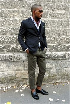 How to Wear Olive Chinos looks) Olive Chinos, Green Chinos, Olive Pants, Green Pants, Sharp Dressed Man, Well Dressed Men, Mode Outfits, Casual Outfits, Casual Pants