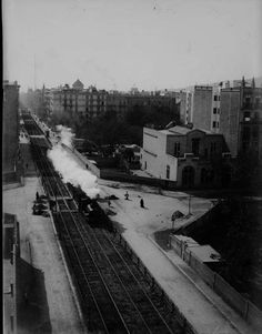 Carrer de Balmes, 1910. Quan el tren de Sarrià partía pel mig l'eixample, fent néixer el que ara coneixem com esquerra i dreta de l'Eixample, segons el costat de la via. Barcelona, Catalunya. Espanya.