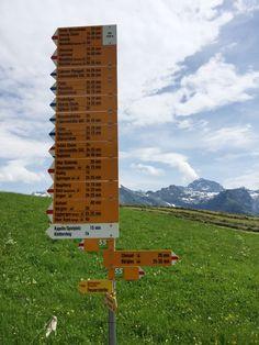 Wandern in Kleingruppen in den Schweizer Bergen Bergen, Baseball Field, Switzerland, Small Groups, Swiss Guard, Scenery, Mountains