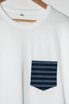 Handgenähtes Pocket Shirt für Buben / Herren / Orignial burgenländischer Blaudruck / Händischer Modeldruck / Traditionell gefärbt und gefertigt #12dag #feinstepanier #blaudruck #indigo #mode #fashion #handgemacht #handmade #wien #vienna #regional #bio #nachhaltig #vegan #organic Models, Regional, Indigo, Shirts, V Neck, Vegan, Tops, Fashion, Traditional