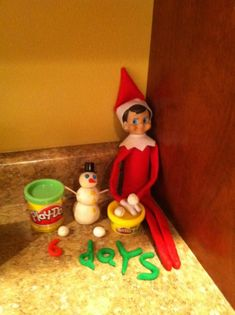 Elf on the shelf : number of days left til Christmas in play-doh!