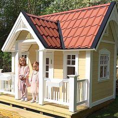 Klassisk lekstuga, kan göras individuell med snickarglädje och tillval. This is a classic playhouse, suitable for most gardens.