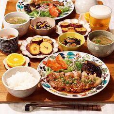 節約できて簡単に作れる栄養満点の理想的な献立メニューを実践してみませんか? 肉・魚・野菜・きのこ類・海藻類など、豊富な食材をバランス良く取り入れた料理で簡単に美味しい夕食を楽しみましょう。忙しいアラサー女性に役立つ「1週間分の献立レシピ」をまとめてご紹介します。 Fun Easy Recipes, Asian Recipes, Healthy Recipes, Breakfast Lunch Dinner, Asian Cooking, Aesthetic Food, Food Menu, Food Presentation, Soul Food
