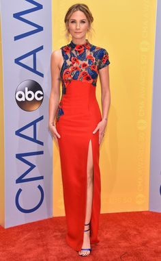 ☆Jennifer Nettles : Before performing a Dolly Parton classic, the Sugarland singer steps out in a red hot dress.