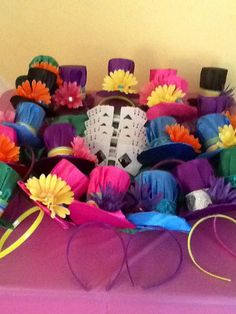 Alice in Wonderland party favors. Mini Mad Hatter Hats and playing card glasses.