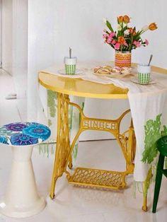 table ronde, piétement ancienne machine à coudre, déco récup jaune