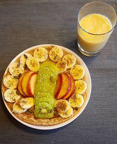 Dia cinzento lá fora? Pequeno-almoço colorido cá dentro! Uma panqueca simples com fruta e sementes e um batido de manga!  Para a panqueca só é necessário meio copo de leite vegetal meio copo de aveia e meia banana.  Tenham uma boa sexta-feira