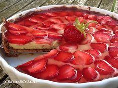 Du har ikke smagt en lowcarb jordbærtærte, før du har smagt denne uimodståelige og sommerlige desserttærte, der er med både kagecreme og syrligsød bærgelé. Det allerbedste er, at mørdejstærtebunden er sprød og lækker med den mørke chokoladeovertræk. Tærten kan laves i etaper, så du kan udnytte tiden i køkkenet til andet også. Klik ind og find opskriften hos CDJetteDCs LCHF