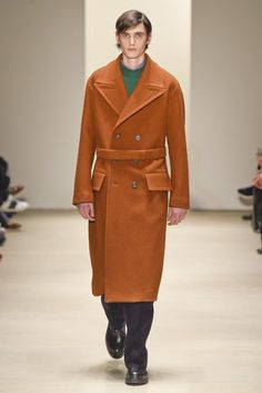 New Jil Sander creative director Rodolfo Paglialunga made his menswear debut with the fashion brand's fall-winter 2015 show during Milan Fashion Week. Jil Sander, Look 2015, Mens Fall, Fall Winter 2015, Fall Collections, Vest Jacket, Coats For Women, Work Wear, Men's Fashion
