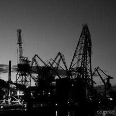 Wieczór stoczniowy #gdynia #stocznia #stoczniagdynia #igerspoland #igersgdansk #igersgdynia #industrial #dzwigi #lookingupatcranes #cranes #cranelove #trojmiasto #craneporn #gynskiekadry #monochrome #monochromatic #blacknwhite #bw #blackandwhite #maly3city