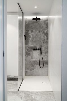 Walk-in shower with custom glass shower cabin - Badezimmer - Bathroom Towel Bathroom Design Inspiration, Shower Inspiration, Bathroom Interior Design, Bathroom Designs, Bathroom Ideas, Design Ideas, Shower Ideas, Shower Designs, Design Blog
