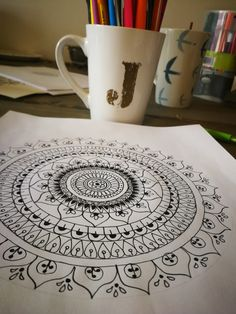 How to draw mandala art. This is super relaxing, super fun and super easy! Easy Mandala Drawing, Mandala Sketch, Mandala Doodle, Mandala Art Lesson, Simple Mandala, Mandala Artwork, Doodle Art Designs, Doodle Patterns, Zentangle Patterns