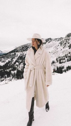 Sarah Butler of wearingTibi oversized belted faux fur coat and Gucci crystal double G earrings in Whistler, Canada Winter Outfits Women, Casual Winter Outfits, Winter Fashion Outfits, Autumn Winter Fashion, Fur Coat Outfit, Snow Outfit, Winter Travel Outfit, Outfits With Hats, Winter Looks