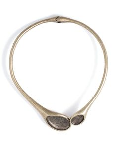 I love the simple, primitive yet sophisticated style of this necklace.
