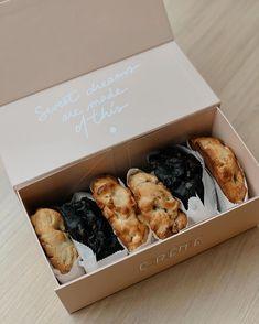 Biscuits Packaging, Baking Packaging, Dessert Packaging, Food Packaging Design, Gourmet Cookies, Mini Chocolate Chips, Chocolate Chip Cookies, Cookie Wrapping Ideas, Cute Cookies