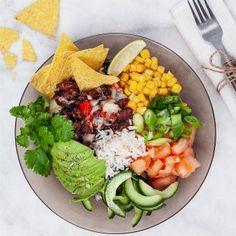 Burrito bowl med tortillachips - Recept - Tasteline.com Mini Tacos, Just Eat It, Poke Bowl, Tex Mex, Tortilla Chips, Fajitas, Burritos, Enchiladas, Cobb Salad