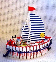 Torte-Schiff mit Kinderriegeln für einen kleinen Matrosen