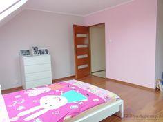 aranżacja pokoju dziewczynki różowy pokój z białymi meblami, świnka peppa kołderka - Pokój Zuzi, Poddasze, Pokój Dziecka, łóżko, Komoda, Różowy Pokój