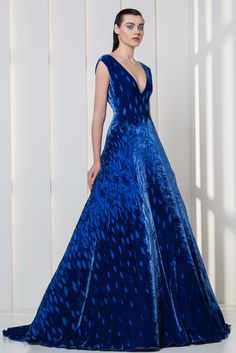 Tony Ward RTW FW I Style 19 I Ultra marine velvet A-line dress with V-neckline Haute Couture Gowns, Couture Mode, Couture Dresses, Beautiful Gowns, Beautiful Outfits, Ellie Saab, Pretty Dresses, Blue Dresses, Marine Uniform