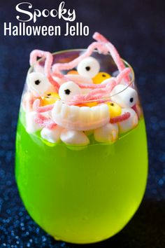 Spooky Halloween Jello is an easy jello treat topped with creepy gummies and candies such as jelly worms, mini marshmallows and skittles. It's kid friendly and perfect for Halloween and spooky parties. Halloween Jelly, Halloween Dinner, Halloween Table, Halloween Food For Party, Spooky Halloween, Halloween Treats, Happy Halloween, Halloween Stuff, Spooky Food