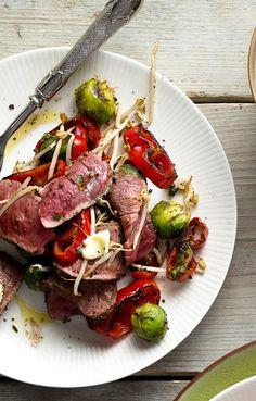 Biefstuk met paprika, spruitjes en taugé.