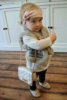 Conforme:se: com uma mini-bolsa Chanel, tiara rosa e colete de pelos, Isabella é mais estilosa que você! ;) #MiniFashionistas