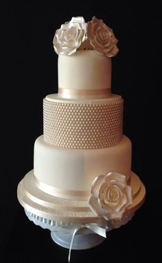 New pearl cake.  I love this  It has all of the details on a cake that I love.  A bit of metallic, ribbon, beading, beautiful colour and different shapes.  ᘡηᘠ
