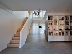 Modern living room with spacious vide and beautiful oak staircase. Home design by BNLA architecten, photograpy by Studio de Nooyer. Interior Stairs, Interior Design Living Room, Interior Architecture, Cottage Stairs, House Stairs, Open Trap, Pavillion, Inside A House, Townhouse Designs