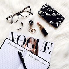Flatlays foto escritorio, muestras de maquillaje и fotografia Fall Inspiration, Flat Lay Inspiration, Photo Pour Instagram, Foto Magazine, Vogue Magazine, Flat Lay Photos, Flat Lay Photography, Product Photography, Photography Tips