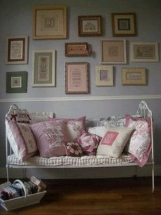 stitching room - Photo of Passion Déco - Coté Passions Room Photo, Passion Deco, Deco Addict, Craft Show Displays, Wall Finishes, Cozy Room, Space Crafts, Vintage Textiles, Beautiful Space