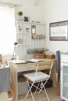 木工作家の今井経子さんが、デザインを考えたり作り方原稿を書くときに愛用している作業机。/暮らし上手さんの飾り方・しまい方(「はんど&はあと」2012年1月号)