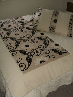 Piecera y Cojines. Bed Runner, Bed Scarf, Black And White Quilts, Diy Pallet Projects, Quilt Bedding, Bed Sheets, Quilt Patterns, Upholstery, Interior Decorating