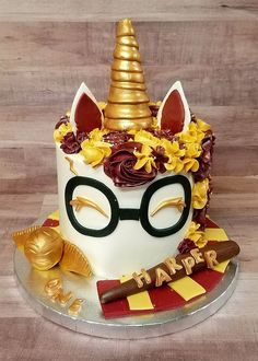 Birthday is a special day for everyone, and a perfect cake will seal the deal. Fantasy fictions create some of the best birthday cake ideas. Surprise your loved one with a creative cake that displays the best features of his/her favorite fantasy fictions! Harry Potter Torte, Harry Potter Thema, Cumpleaños Harry Potter, Harry Potter Birthday Cake, Harry Potter Cupcakes, Harry Potter Recipes, Unicorne Cake, Cake & Co, Cupcake Cakes