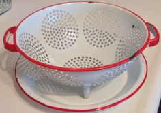 Enamelware colander with matching drainage dish. Enamel Dishes, Enamel Ware, Vintage Enamelware, Vintage Tins, Red Kitchen, Black Kitchens, Vintage Kitchen Decor, Vintage Decor, Farmhouse Kitchens