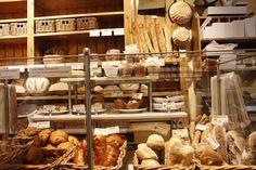 Nada mais parisiense do que começar o dia em uma boulangerie com um bom croissant ou uma baguette!  A dica do #Localfood de hoje para quem for/estiver na capiral francesa é passar na Le Pain Quotidien, uma das primeiras padarias a fazer uso de produtos orgânicos e adotar uma mesa comunitária.