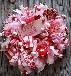 Valentine Day Wreaths, Valentines Day Decorations, Valentine Day Crafts, Holiday Wreaths, Valentine Ideas, Easter Wreaths, Christmas Decorations, Saint Valentin Diy, Valentines Bricolage